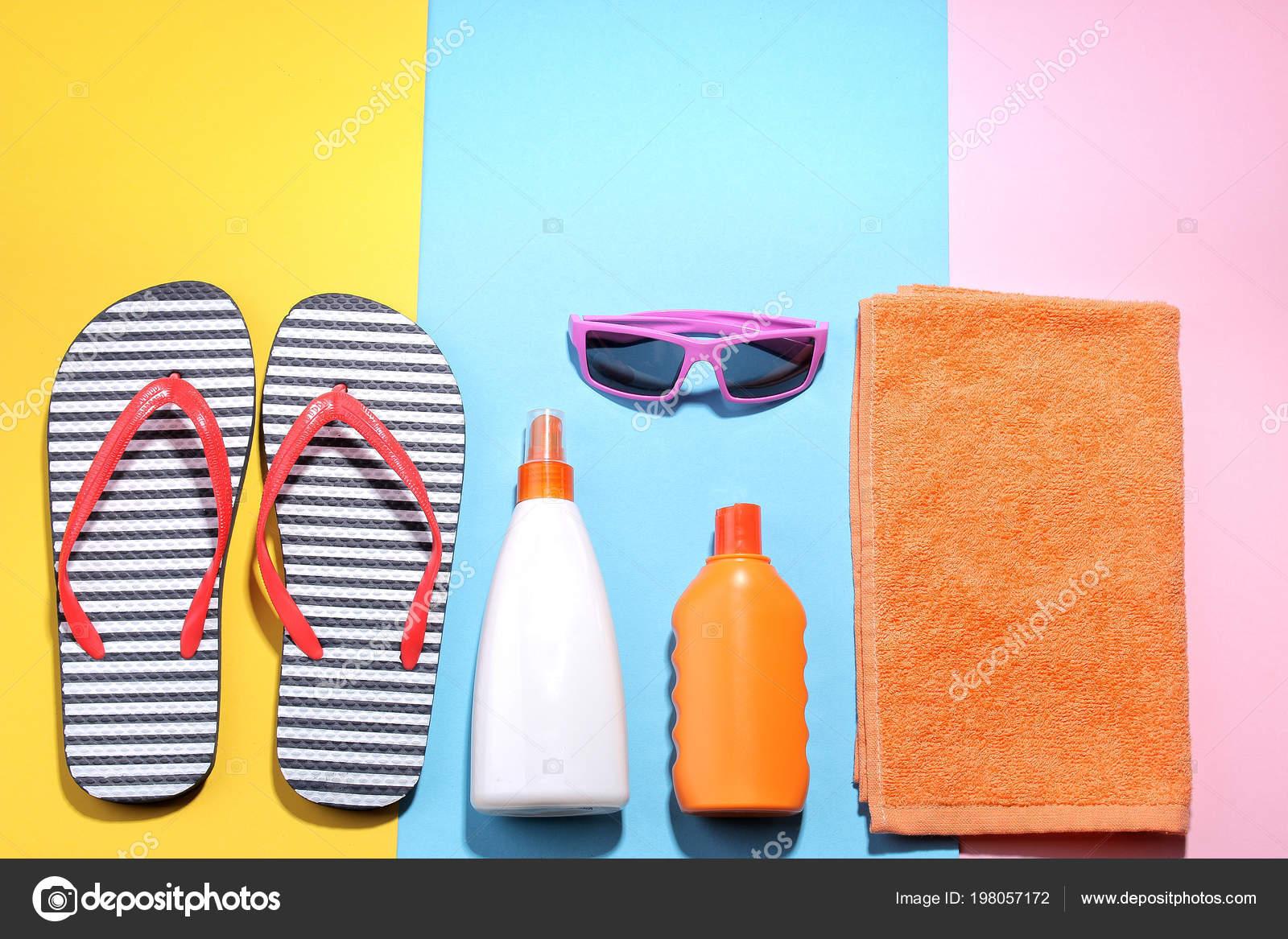 Accesorios Playa Varias Cremas Gafas Flip Flops Una Toalla Sobre ...
