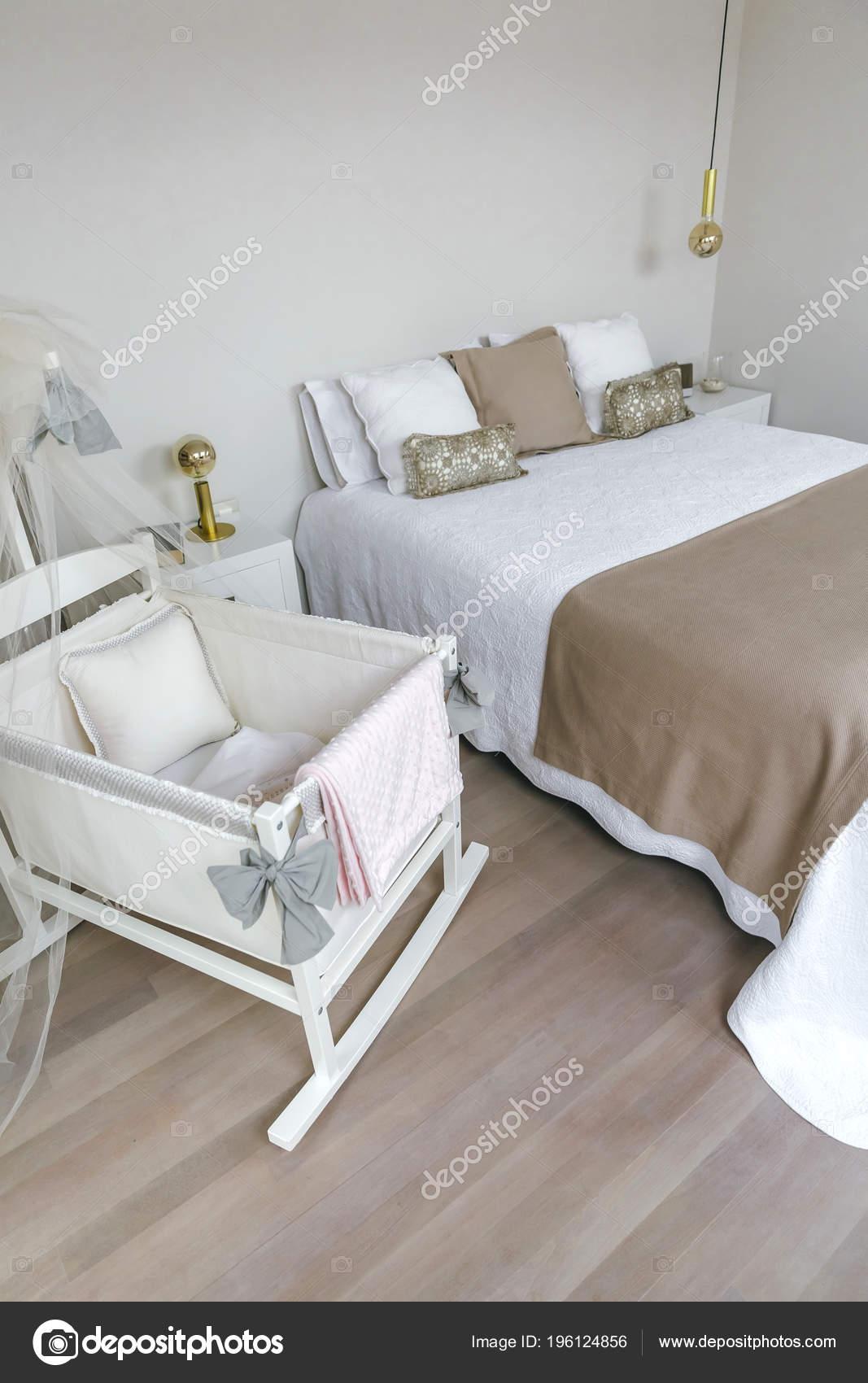 Sypialnia Z Podwójnym łóżkiem I łóżeczko Dla Dziecka