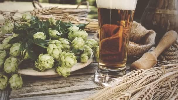 Chutný sklenice piva s deskou piva chmel a uši pšenice