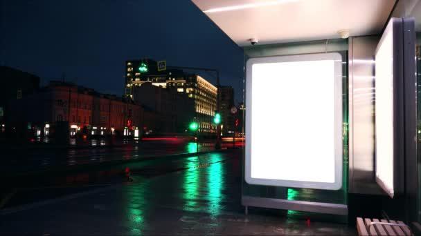 Prázdný nápis na autobusové zastávce. Noční čas kola.