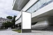 Üres fehér zászló mellett modern üzletközpontot is kínál. 3D-leképezés