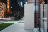 Prázdné srolovat vedle moderní obchodní nebo komerční centrum, vykreslování 3d objektů.