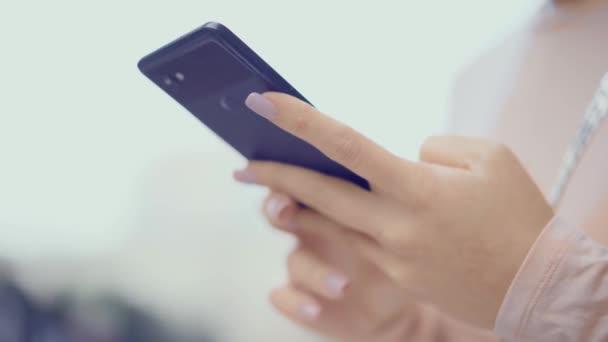 Nő kezet, SMS-üzenetek, és ellenőrzése a szociális média, mobil telefon