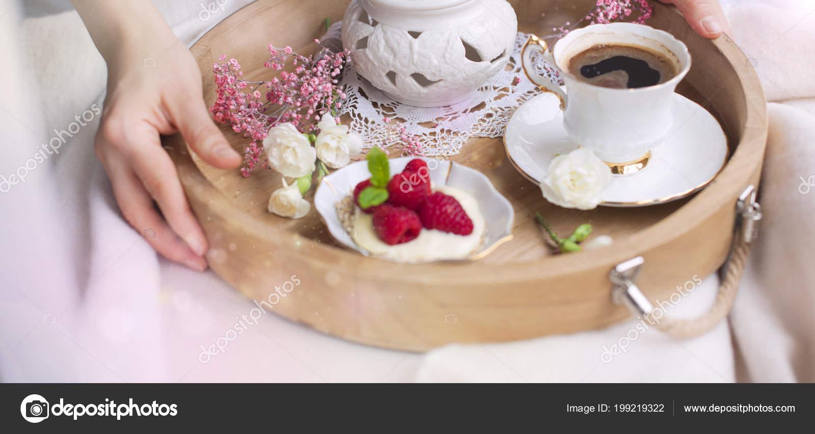 Eine Frau Trinkt Kaffee Im Bett Ein Holztablett Mit