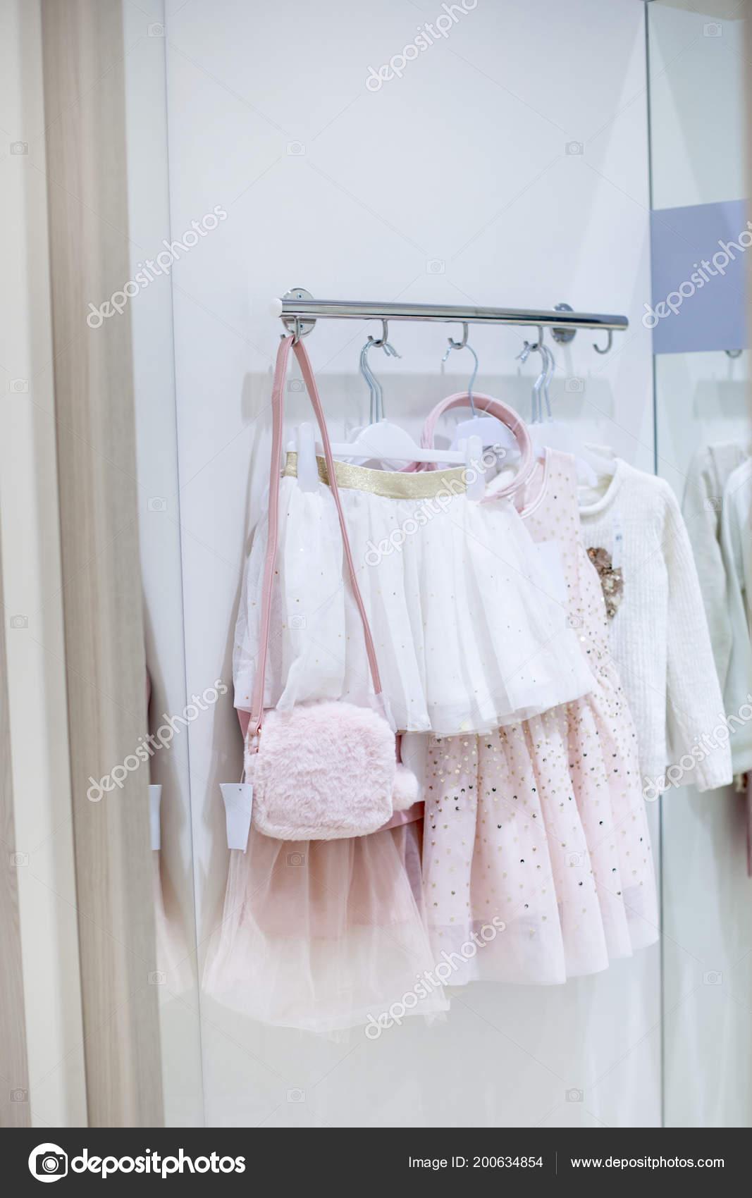 541f480450b Παιδικά Ρούχα για κορίτσια. Φανταχτερά φορέματα στο κατάστημα. Γκαρνταρόμπα  — Φωτογραφία Αρχείου