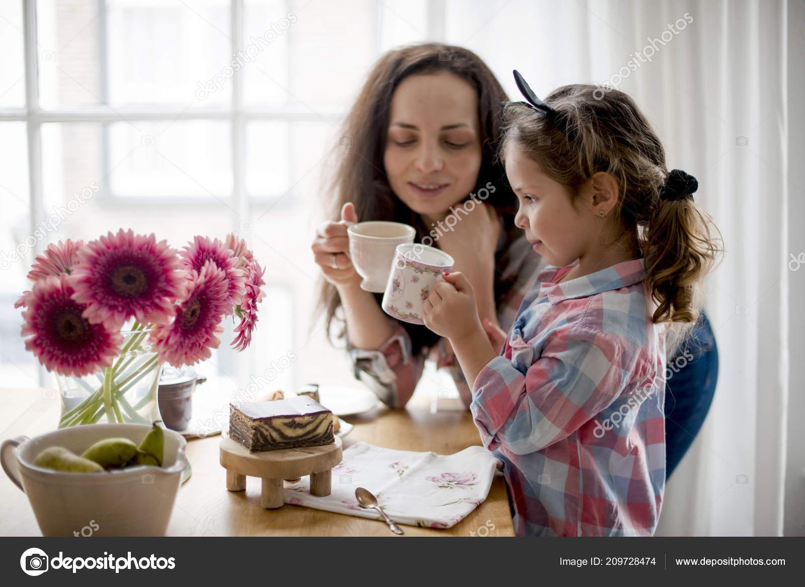 Eine Frau Und Eine Kleine Tochter Essen Frühstück Zu Hause