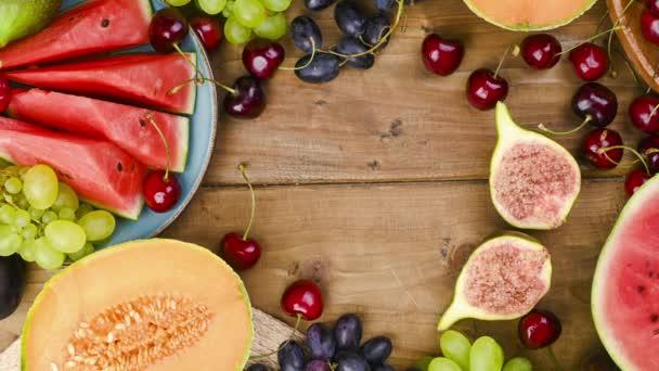 Verschiedene Früchte auf einem hölzernen Hintergrund. Das Konzept der Ernte und der italienischen Weinherstellung. 15 Agusta Ferragosto-Feier in Italien. Sommerferienzeit. Stop-Motion.