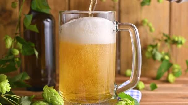 Sört. Cold Craft light sör egy pohár vízzel cseppek. Egy korsó sör közelről.