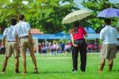 Ženské Teachaer trénuje děti vzdělávání v fotbalového týmu ve škole.