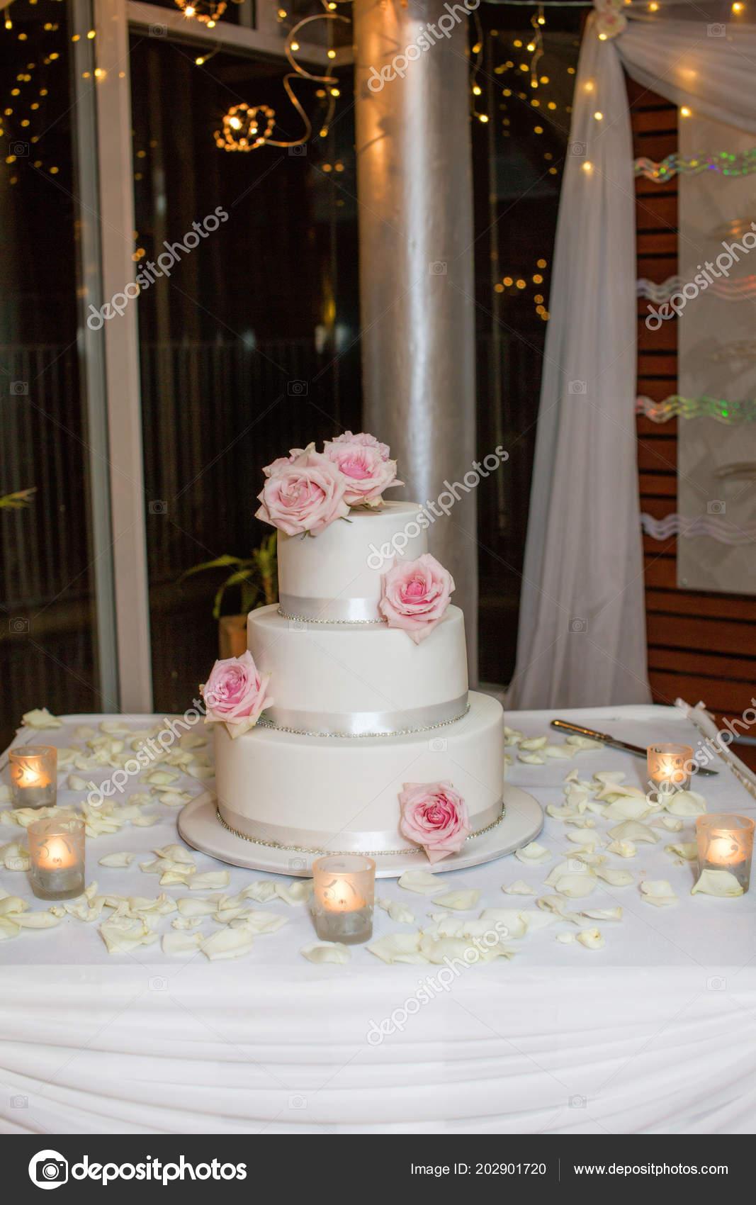 Trois Niveaux Glacé Gâteau Mariage Avec Des Roses Roses
