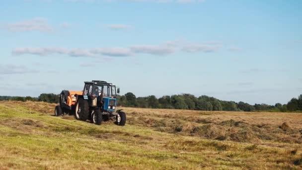 Na poli jezdí traktor.Sklízecí technika pracuje na poli.