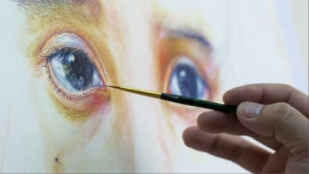 Nahaufnahme Künstler Gemälde Porträt eines weiblichen Kindes durch Aquarell-Technik auf weißem Papier.