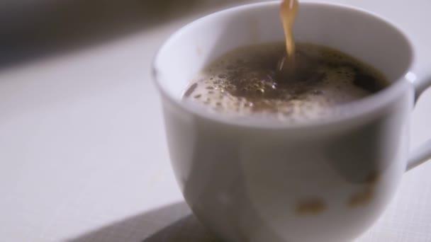 Egy csésze friss készült kávét öntés