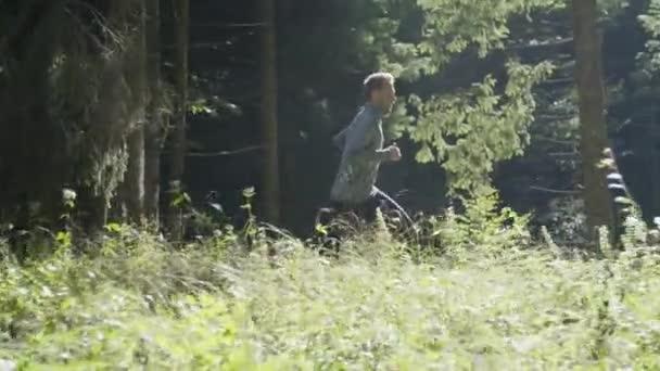 Mladý muž běh - běh lesem
