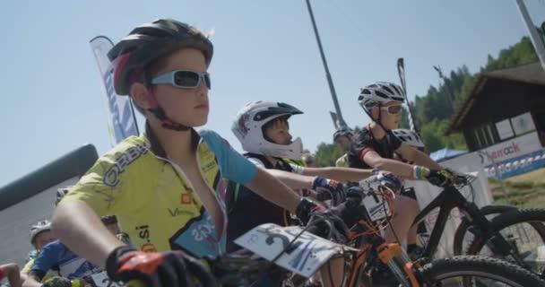 Mladí horské kolo závodníků na začátku