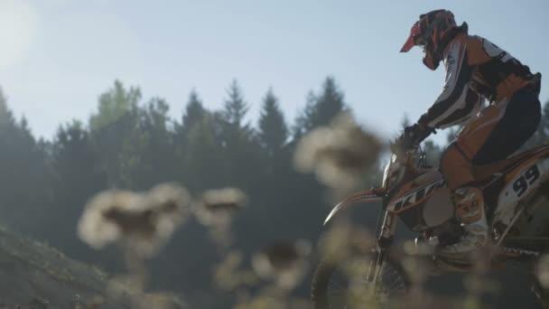 Motocross jezdec jízdě do kopce
