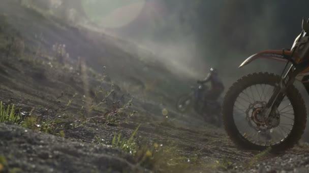 Dva jezdci dirt bike motocross racing do kopce