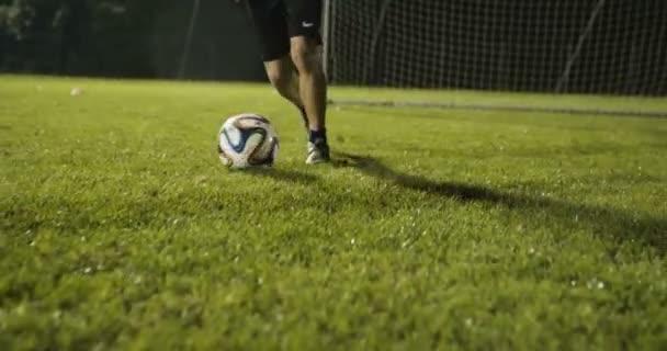 Kid fotbalové driblování dovedností