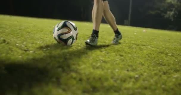 dribbeln einen Fußball