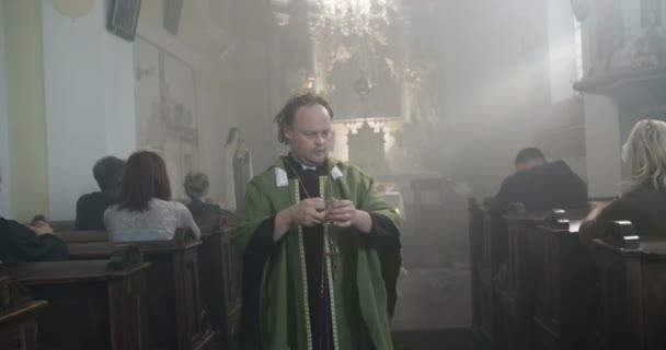 Pap templom thurible dohányzás tömege