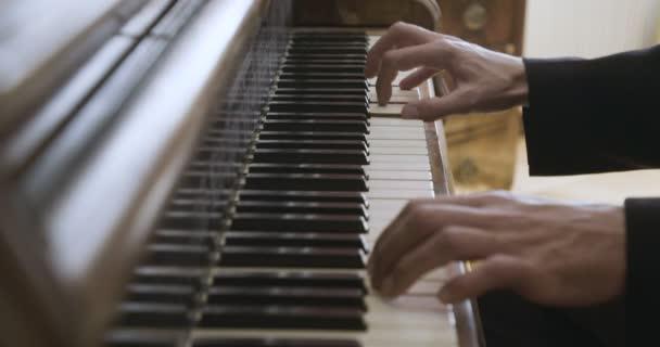 Hände an den Klaviertasten