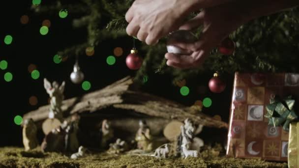 Zdobení vánočního stromu s betlém set