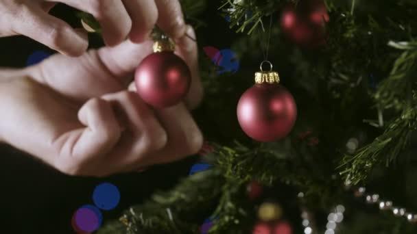 Zdobení vánočního stromu s vánoční ozdoby