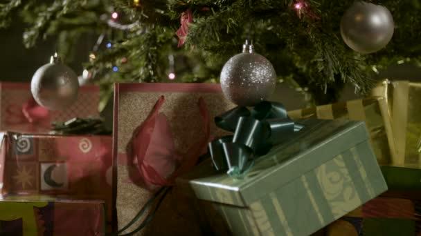 Geschmückter Weihnachtsbaum mit Geschenken