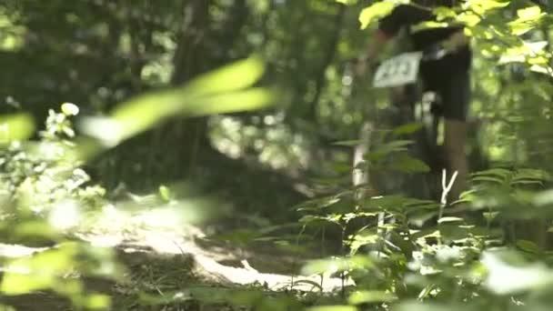 Cyklista soutěžní závod v lese