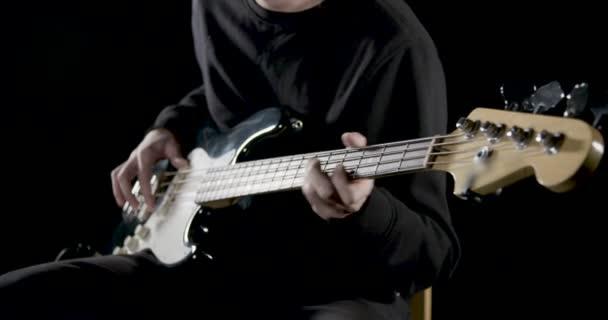 Játszik a basszus gitáros