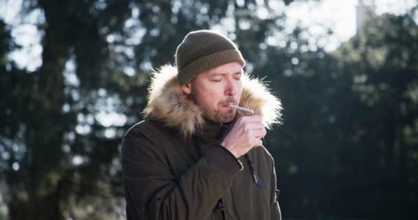 Felnőtt a cigaretta a dohányzás meleg napsütéses reggel