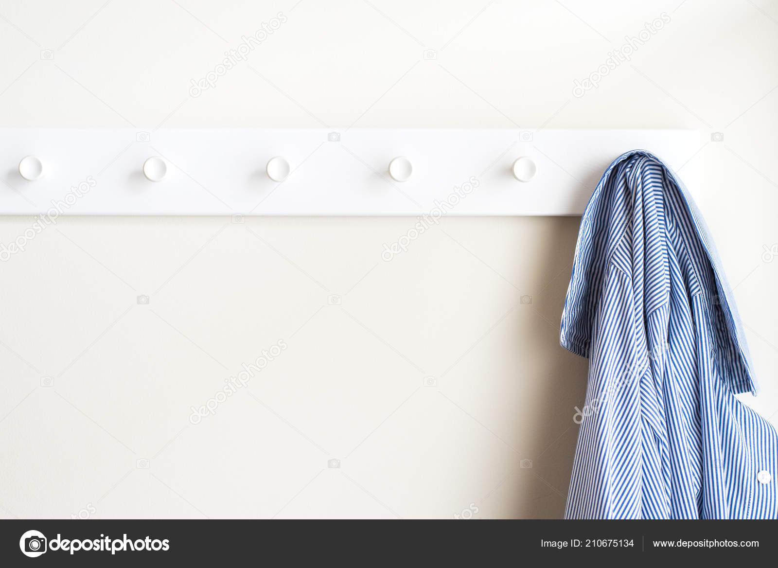 Appendiabiti Muro.Appendiabiti Muro Bianco Semplice Con Una Camicia Attaccatura Foto