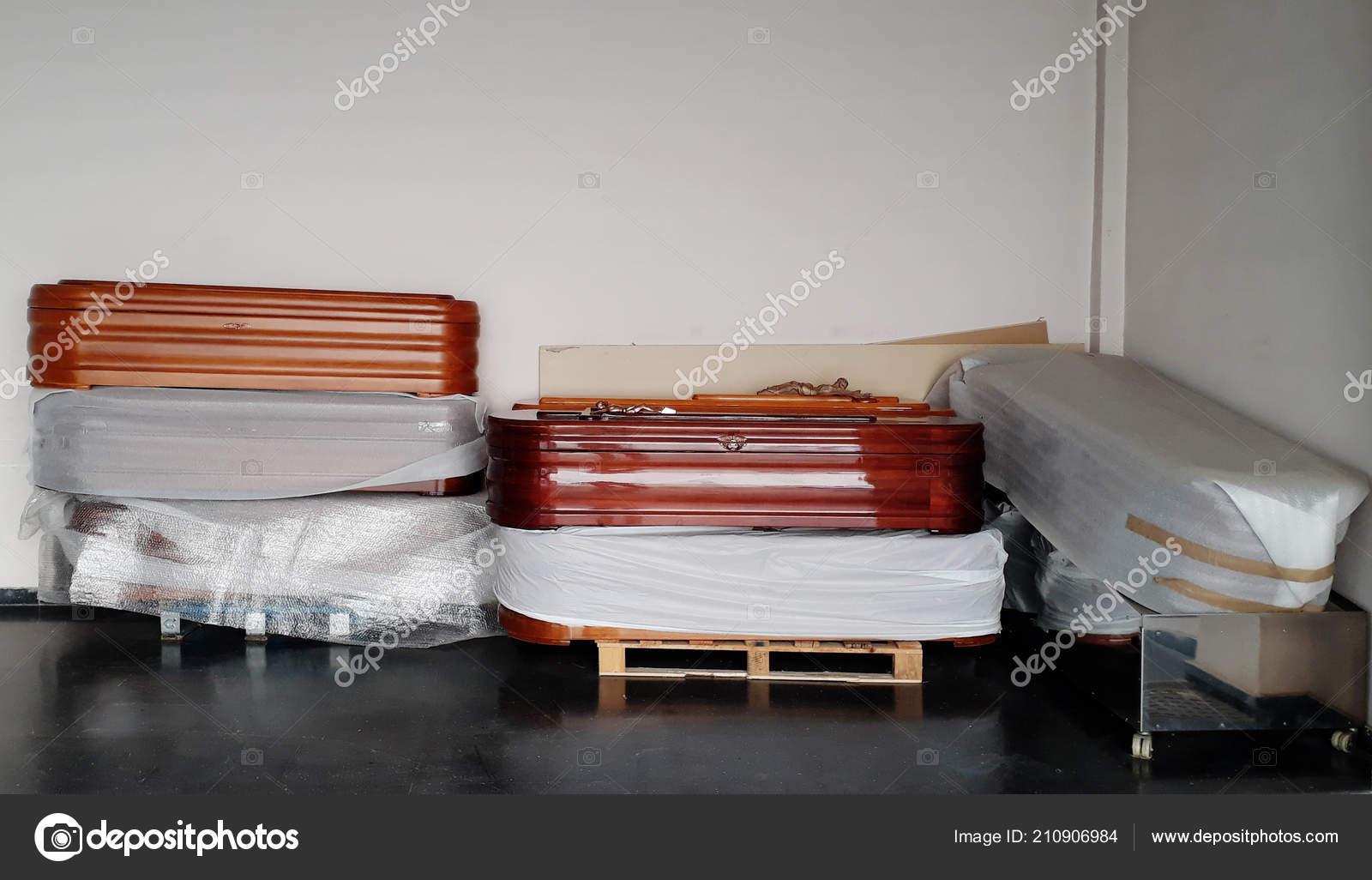 eb800722e87 Νέα Φέρετρα Στοιβάζονται Μια Αποθήκη Του Κηδεία Σαλόνι — Φωτογραφία Αρχείου