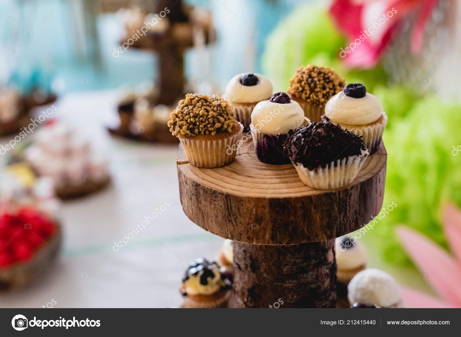 Desserts Und Hochzeitstorte Mit Sehr Sussen Cupcakes Bei Einer