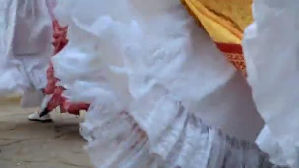 Detail tradičních bolivijských lidových tanců