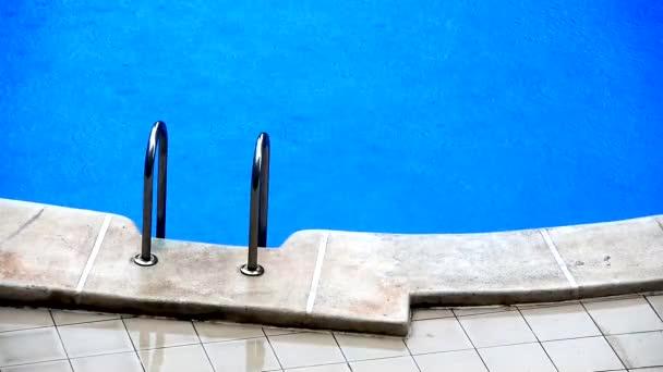 Déšť padá na bazén bez lidí v létě, který kazí plavce