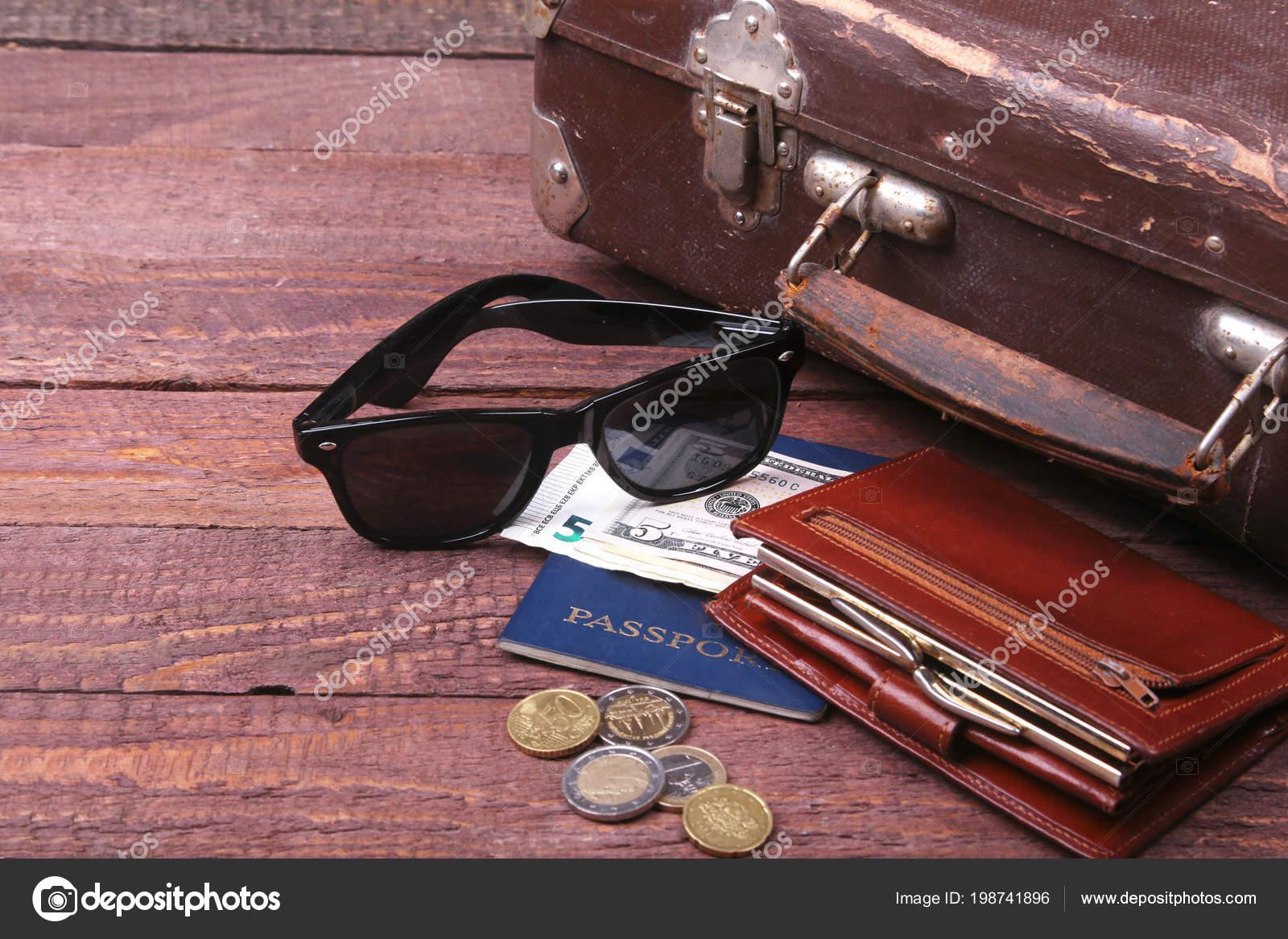 774742dea0869 Conceito de viagens com a mala Vintage