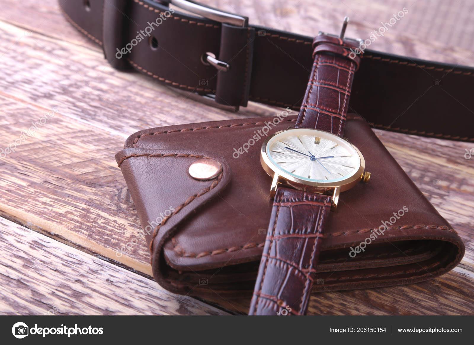 f993e7d3dc04 Accesorios para hombre con monedero de cuero marrón