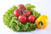 Friss vegyes zöldség harang a paprika, paradicsom, fokhagyma, leveles saláta. Elszigetelt fehér background. Szelektív összpontosít.