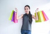 Fotografie Glücklich Asain Woman with Shopping bags, shopping Konzept