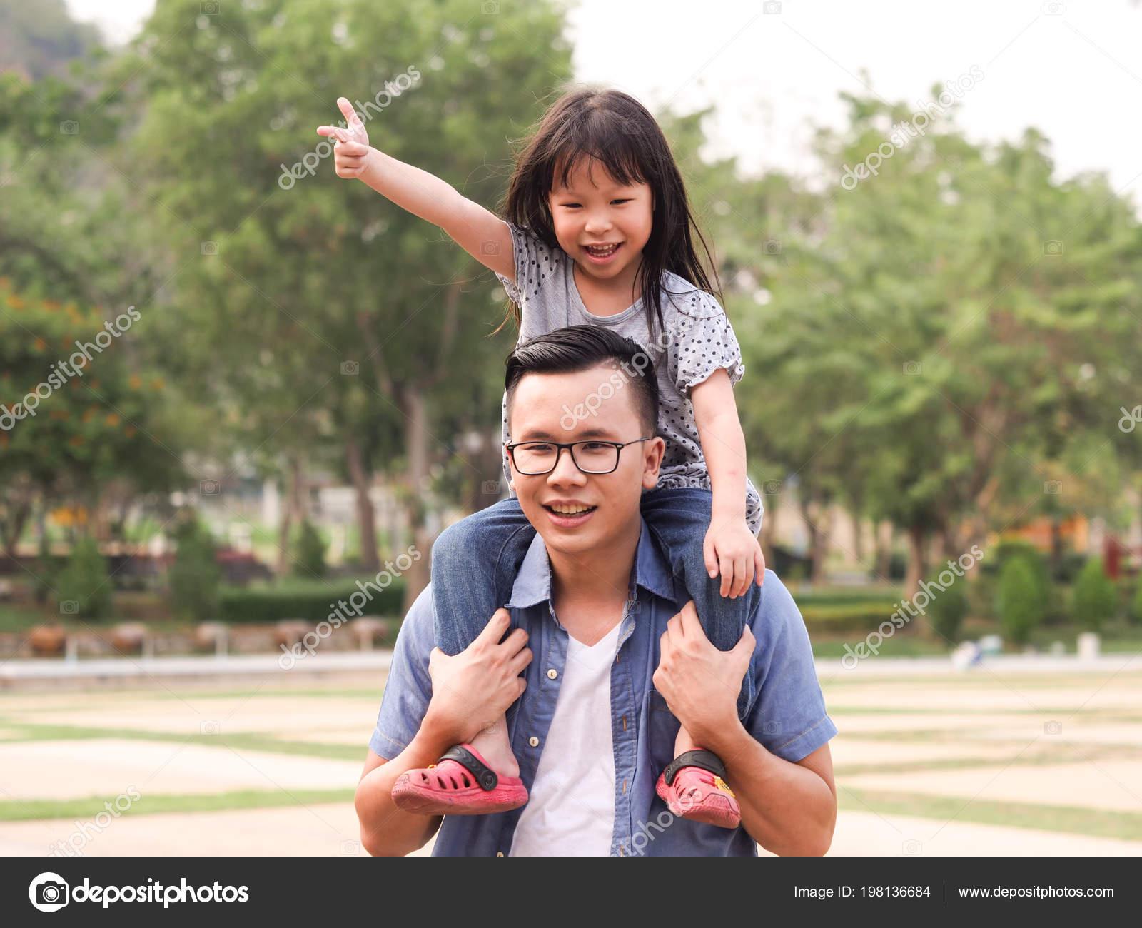 Японские шоу отец и дочь онлайн, Японское порно шоу отец должен отгадать дочь 21 фотография