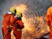 hasič sprej voda na oheň hořící auto dílna požární trénink