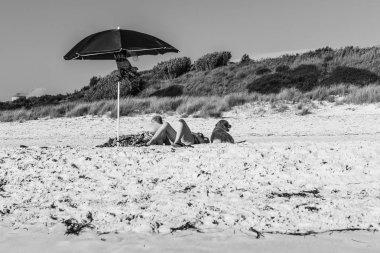 Bagnanti al sole sulla spiaggia di Rosignano Solvay