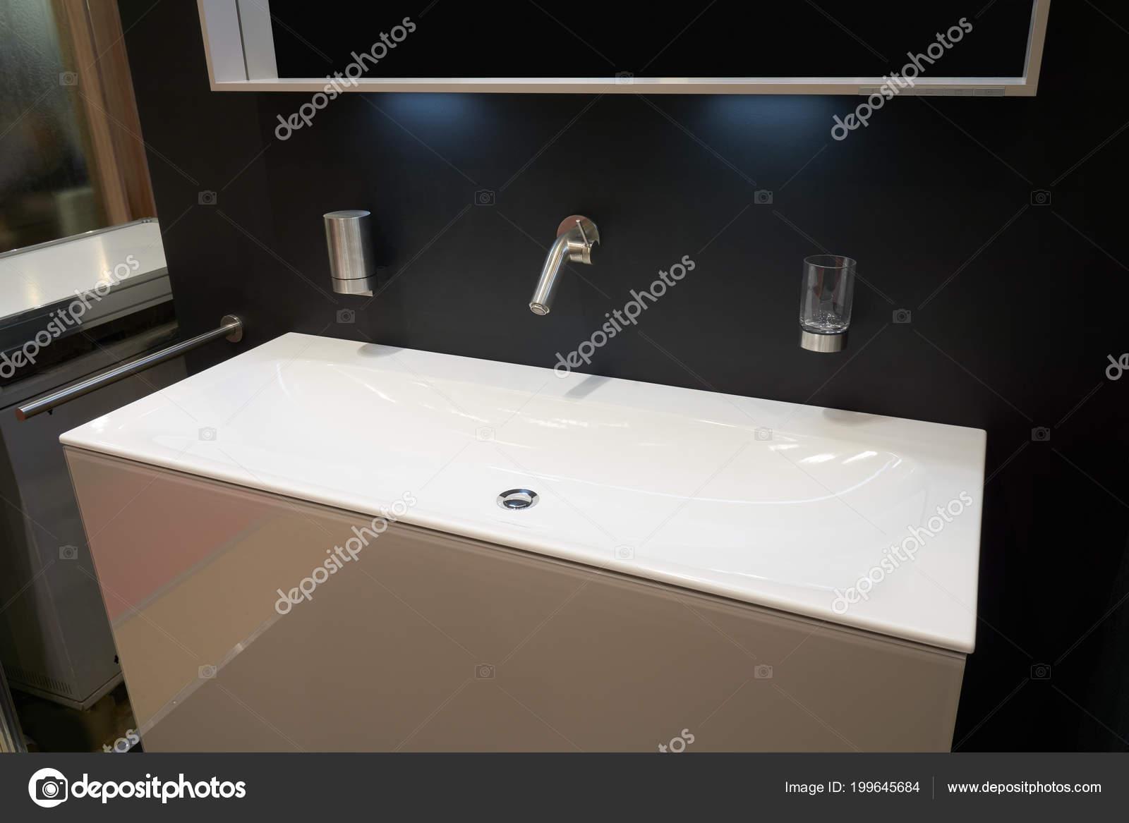 Minimalistische interieur van moderne badkamer met witte inzet