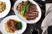 Fotografie Overhead Schuss einen Esstisch mit Steaks und gegrilltem Schweinefleisch