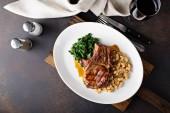 Fotografie Gegrilltes Schweinekotelett mit Cassoulet und geschmorte greens