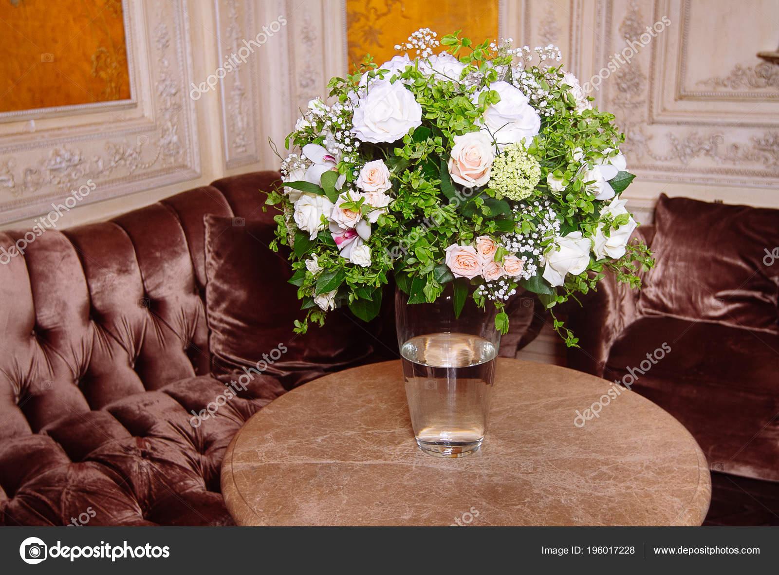 Bouquet Roses Blanches Sur Table Marbre Intérieur Style Baroque
