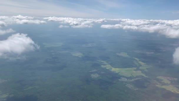 Letadlo letí letadlem. Letí nad mraky. Pohled z okna plochy
