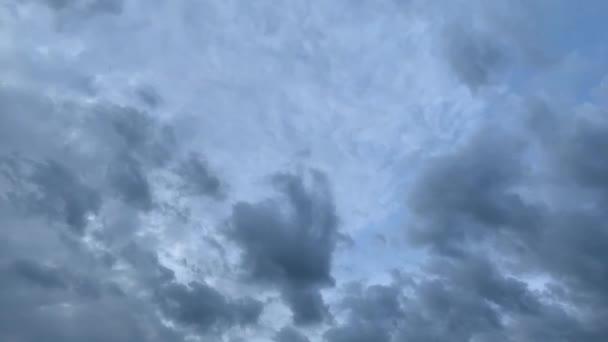 Natur Umgebung dunklen Wolkenhimmel. Zeitraffer stürmischer Wolkenbewegungen