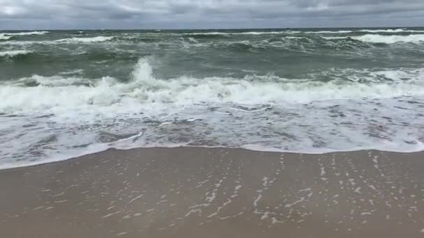 Mozgó felület és a hullámok a hideg Balti-tenger viharos időjárás
